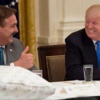Q SCOOP - Le PDG de MyPillow visite D.Trump dans le bureau ovale en portant des notes mystérieuses.