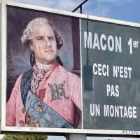 L'afficheur varois persiste en caricaturant de nouveau le chef de l'État en monarque français.