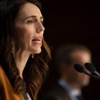 """Le premier ministre néo-zélandais, qui s'est enfermé jette l'éponge avec le Variant Delta, elle pourrait renoncer à la stratégie """"zéro Covid""""."""