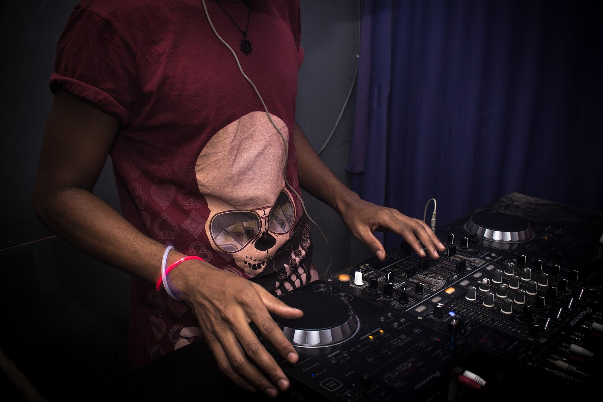 DJ-on-turntables