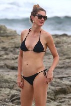 4E590AC200000578-5964077-Simply_stylish_Gisele_wore_a_black_string_bikini_as_she_explored-a-3_1531863205179