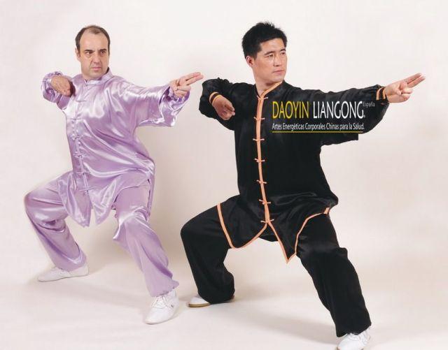 Profesores Miguel Martín y Zhang Ming Liang practicando Qigong Baduanjin