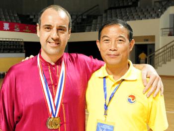 Los profesores Yu Dinghai, compilador de Wuqinxi Renovado para la salud, y Miguel Martín, introductor de Health Qigong en España.