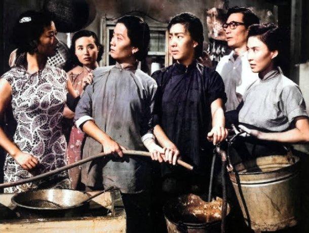 『水火之间』は朱石麟監督、江桦、韦伟、李清、陈娟娟主演の映画で、1955年12月15日に中国の香港で上映されました。この映画は、古い建物に暮らす8世帯の日常生活を物語っています。via 水火之间 - 搜狗百科