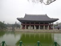kolam di halaman belakang gyeongbokgung