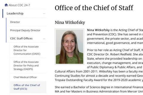 10月5日,感染新冠病毒的美国总统特朗普离开国家军事医疗中心返回华盛顿,抵达白宫时摘下口罩。