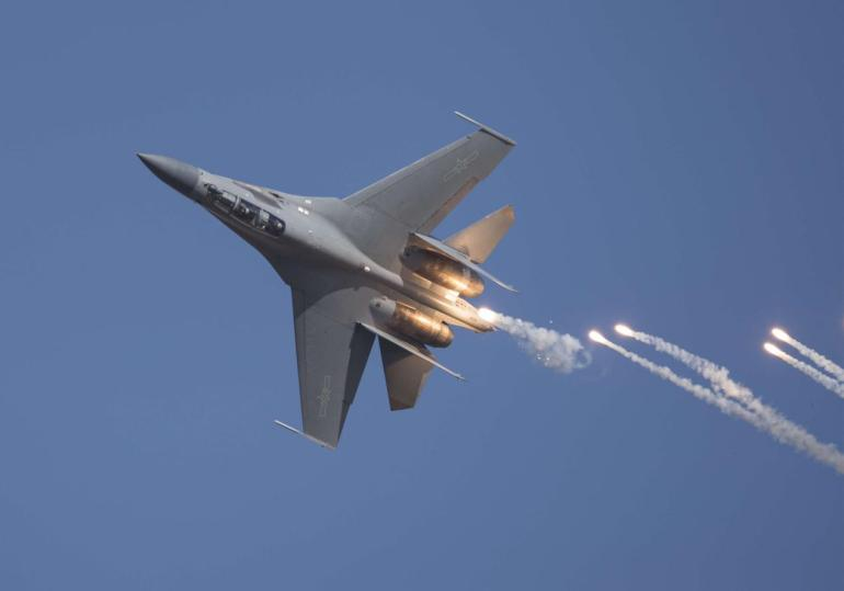中国出动大批无人机,日本南部拉响警报,美日英航母正在举行演习