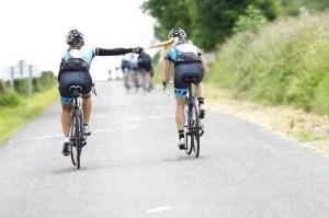 2 noies bicicleta carretera