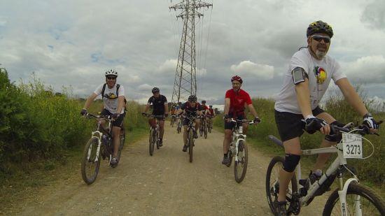 Ciclistes de la pedalada solidaria del torneig de hockey solidari de Terrassa
