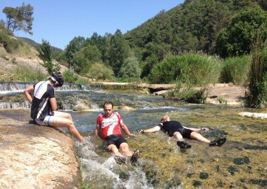 ciclistes mullant-se al riu