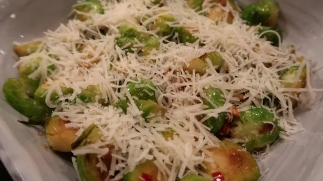 Ristede rosenkål med parmesan – som ret eller tilbehør