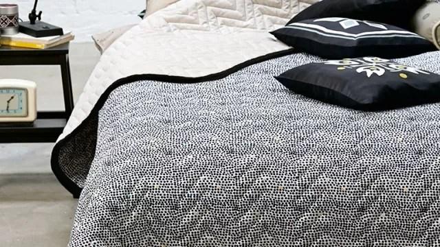 VIND! Naja Munthes nye lækre sengetæppe DOTS