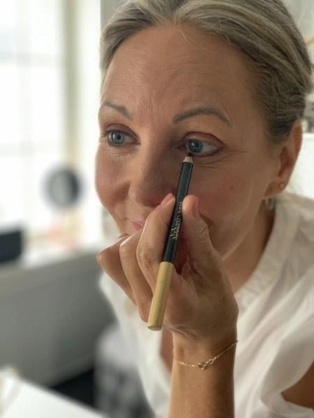 Lad den øverste streg være mere bred i den yderste øjenkrog, så løfter du øjet