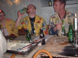 Jippo dricker en brinnande öl