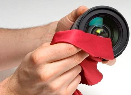 Kain Microfiber untuk membersihkan lensa kamera