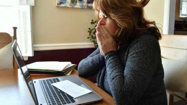 mujer sentada viendo el computador