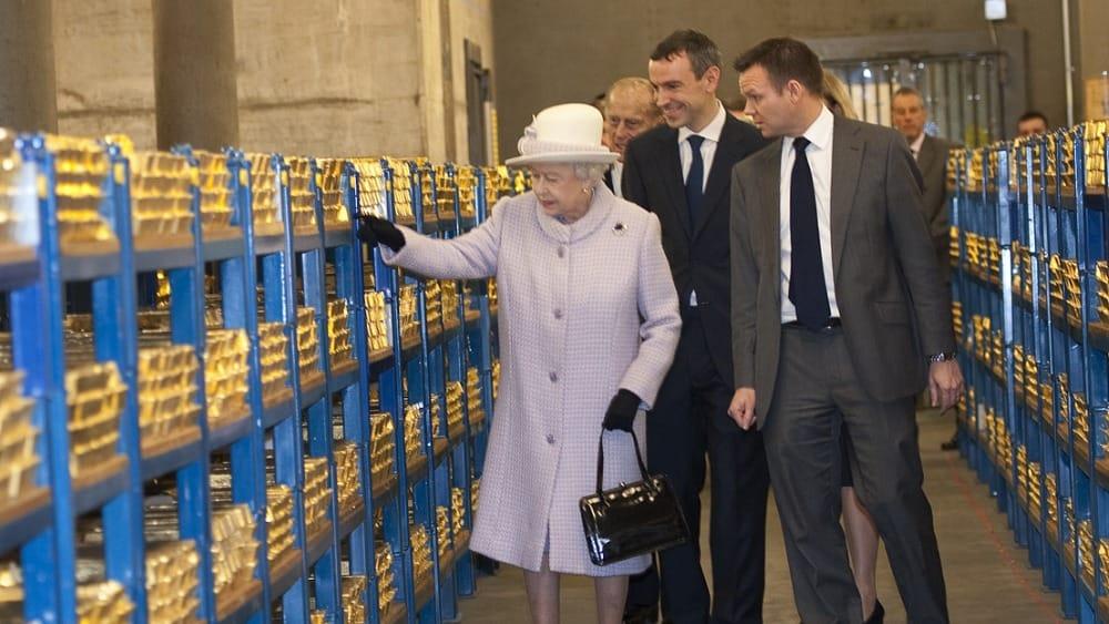 Queen Elisabeth begruesst 1000 Tonnen deutsches Gold in London Inspektion der Bank of England