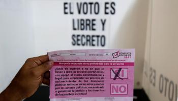 """Ciudad de México, 1 ago (EFE).- El Instituto Nacional Electoral (INE) de México informó este domingo de que el 'Sí' se impuso con más del 90 % de los votos en la consulta popular sobre enjuiciar por corrupción y otros delitos a los expresidentes del país con una participación de apenas el 7 %. El presidente del INE, Lorenzo Córdova, informó de que, según las proyecciones preliminares, el 'Sí' obtuvo entre un 89,4 % y un 96,3 % de los votos, el 'No' entre un 1,4 % y un 1,6 %, y los nulos entre un 2,2 % y un 9,2 %, mientras que la participación fue de entre el 7,1 % y el 7,7 %. La consulta, convocada por el presidente mexicano, Andrés Manuel López Obrador, fue la primera a nivel federal de la historia de México y requería un 40 % de participación para que su resultado fuera vinculante. El ejercicio, cuyas consecuencias son inciertas, dividió a los mexicanos entre los que creen que se puede acabar con la histórica impunidad en el país y los que consideran absurdo votar para que se aplique la ley, pues la Fiscalía debería emprender acciones directamente si tiene pruebas contra los exmandatarios. En un principio, se proponía enjuiciar a los expresidentes Carlos Salinas de Gortari (1988-1994), Ernesto Zedillo (1994-2000), Vicente Fox (2000-2006), Felipe Calderón (2006-2012) y Enrique Peña Nieto (2012-2018) por corrupción, fraudes electorales y la guerra contra el narcotráfico, entre otros males. Pero la Suprema Corte modificó la pregunta para preservar la presunción de inocencia y dejó un enunciado muy abierto que plantea a los mexicanos si quieren """"emprender un proceso de esclarecimiento de las decisiones políticas tomadas en los años pasados"""". A pesar de haber convocado y promovido el plebiscito, el presidente López Obrador, de gira fuera de la capital, no fue a votar porque, tal y como ya había avisado, su """"fuerte no es la venganza"""". En cambio, el oficialista Movimiento Regeneración Nacional (Morena) prometió que de ganar el 'Sí' impulsaría en el Congreso una Comisión """