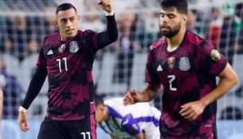 Rogelio Funes Mori (i) de México celebra un gol en un partido de los cuartos de final de la Copa Oro en el estadio State Farm en Glendale (EE.UU.). EFE/Carlos Ramírez/Archivo