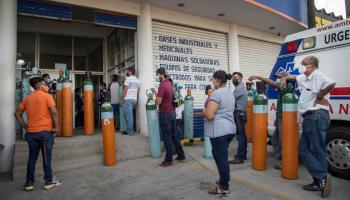 Personas hacen fila para comprar oxígeno debido al incremento de casos de la COVID-19, hoy en el municipio de Tehuantepec, estado de Oaxaca (México). EFE/Luis Villalobos