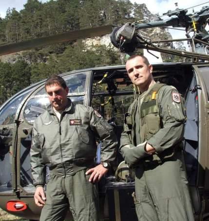 Gerd Luxbauer mit seinem Bordtechniker Armin Gröbner vor ihrem Heli Alouette 3