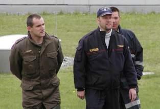 Gerd Luxbauer mit dem Polizeipiloten Markus Pumpernik und dem Sachbearbeiter Feuerwehr-Flugdienst Innsbruck-Land Jürgen Degenhart
