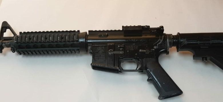 صورة تل السبع: ضبط سلاح غير قانوني من طراز M16 والقاء القبض على مشتبه