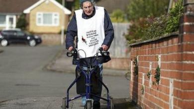 صورة «رغم العواصف والتعب»… بريطانية عمرها 104 أعوام تمشي 42 كيلومتراً لجمع تبرعات