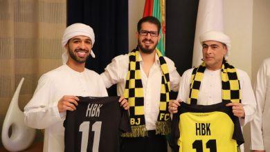 """صورة التوقيع على اتفاق بيع فريق """"بيتار يروشليم"""" للشيخ الإماراتي حمد بن خليفة آل نهيان"""