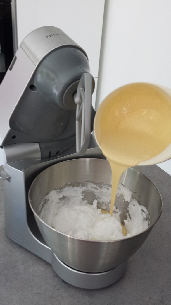 Montiamo le uova con lo zucchero
