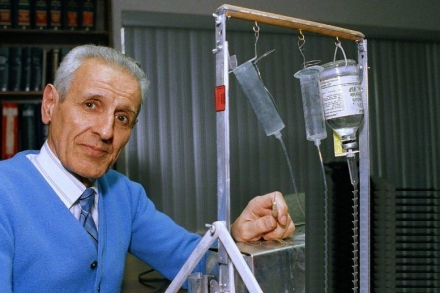 Dr. Jack Kevorkian with his 'suicide machine' in 1991