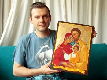 Z ikoną Świętej Rodziny