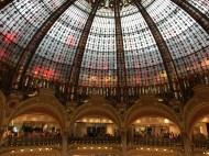 Oberste Etage des Kaufhauses mit Blick in die Glaskuppel