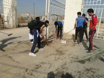 مبادرة طوعية من قبل طلبة كلية التربية البدنية وعلوم الرياضة لتنظيف بوابة الجامعة