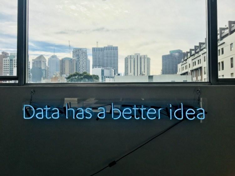 Anuncio de neón con anuncio Data has better idea