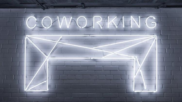 Imagen de coworking en anuncio de neón