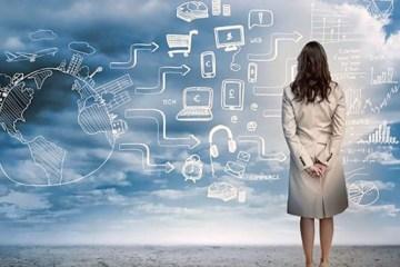 Mujer mirando una pizarra de datos