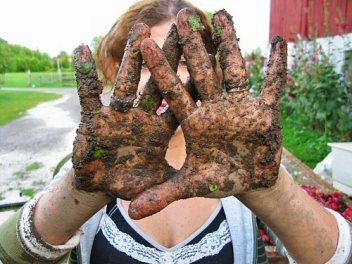 sum08_muddy_hands