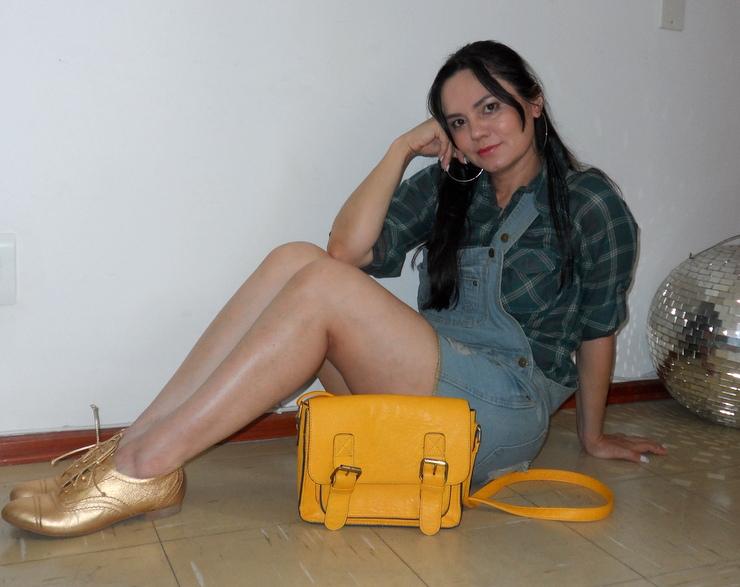 Jardineira jeans, camisa xadrez, oxford dourado e bolsa amerela