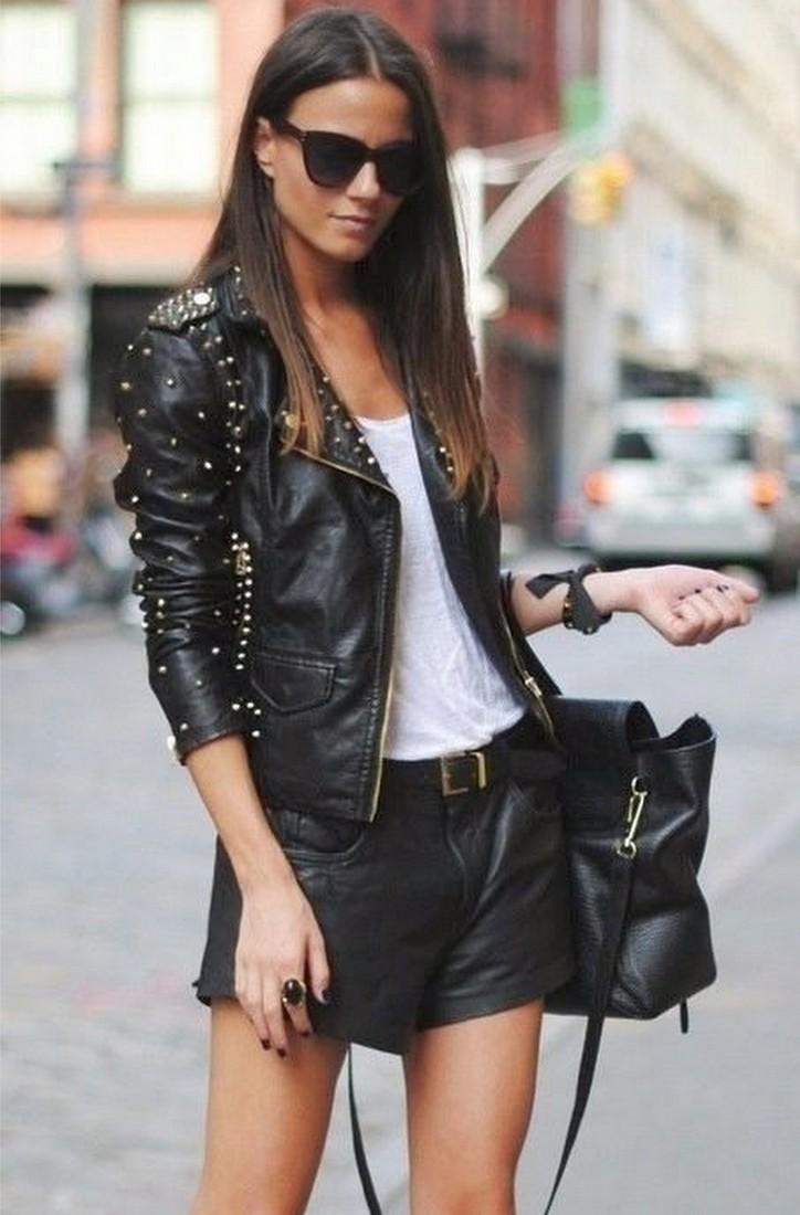 Look com shorts e jaqueta de couro