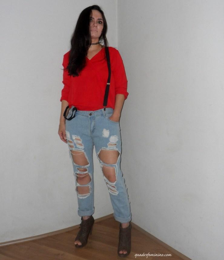 Look - Jeans destroyed, camisa vermelha e suspensório