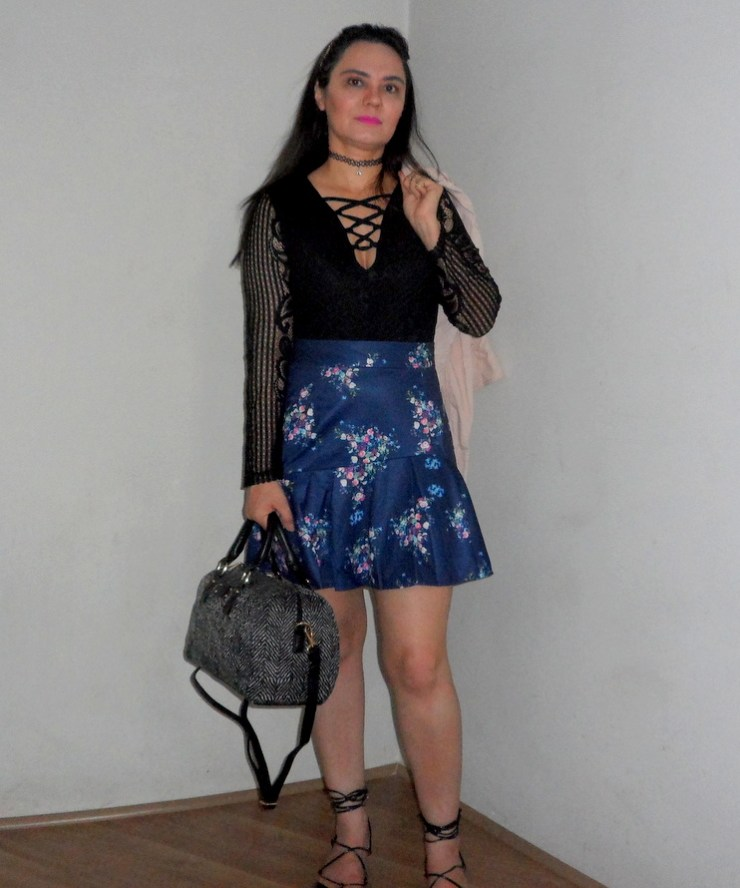 Look - Body Lace Up, Saia Floral e Bolsa Baú