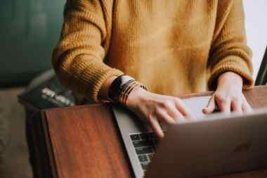 Erzieherin bildet sich zu Hause mitden QiK-Online-Kursen weiter © Christin Hume / unsplash.com