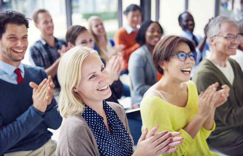 Groupe de Gens joyeux multiethniques applaudissant