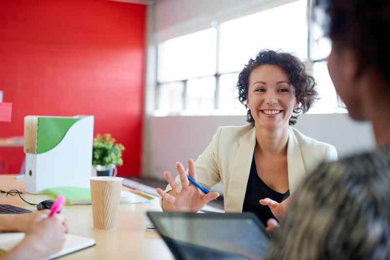 Un groupe de créatifs d'affaires dans un bureau de concept ouvert brainstorming leur prochain projet.