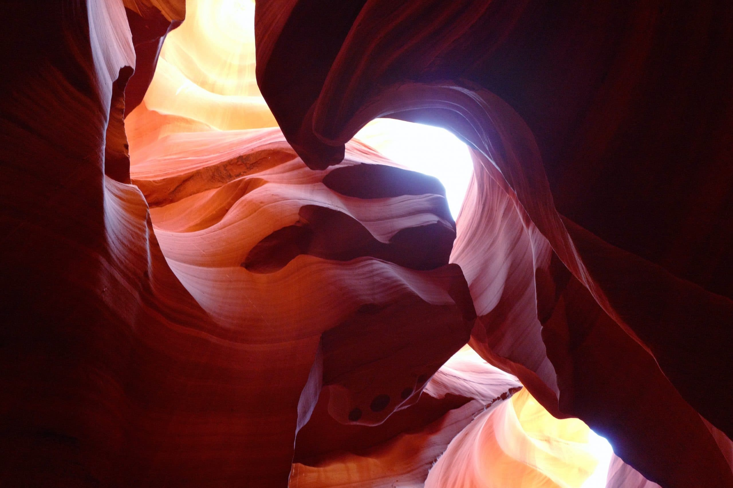 Image de roches s'entrecroisant en forme de vague
