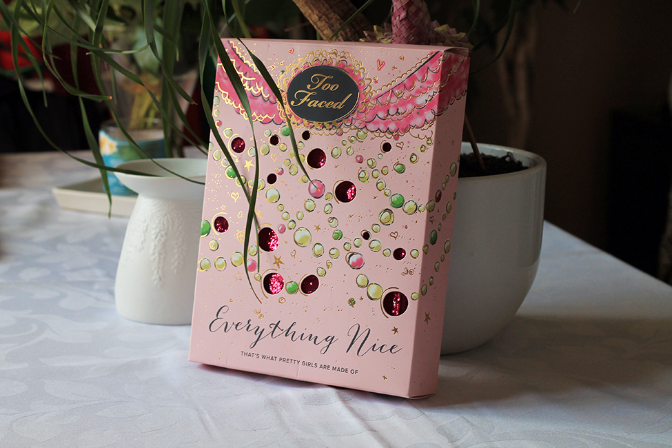 Revue et maquillage coloré everything nice too faced packaging