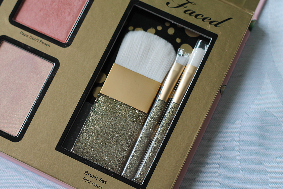 Revue et maquillage coloré everything nice too faced pinceaux
