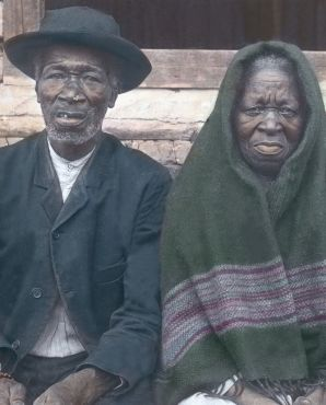 Neger mit seiner hundertjährigen Mutter