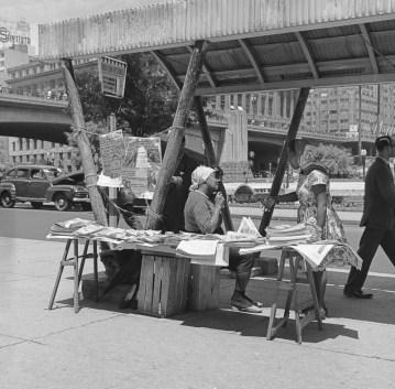 Venda de jornais em ponto de ônibus no Anhangabaú - 1960